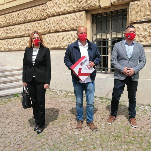 Prvi čovjek županijskog SDP-a Joško Šupe danas je u pratnji stranačkih kolega predao kandidaturu za šibensko-kninskog župana