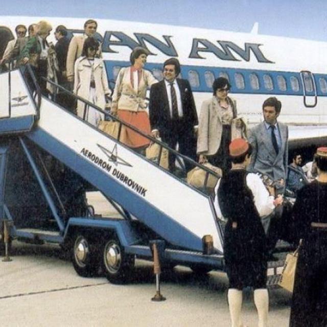 Doček putnika s Pan Americanova leta za Dubrovnik. Linija je izdržala od 1983. do 1991.