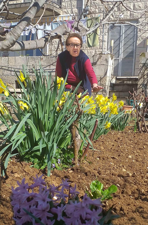 Prve proljetne cvjetove tete Marija redovito nosi pred Gospin kip u sklopu vrta