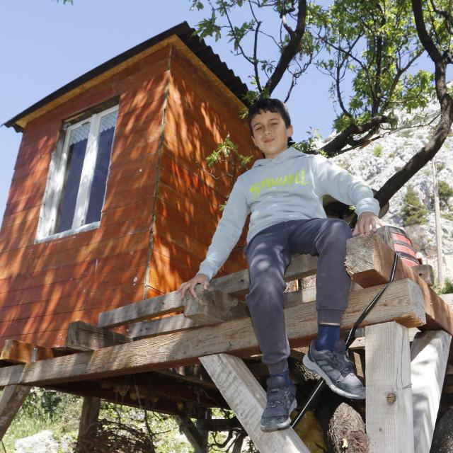 Meni i tati Slavenu trebalo je 15 dana da završimo kućicu na drvetu