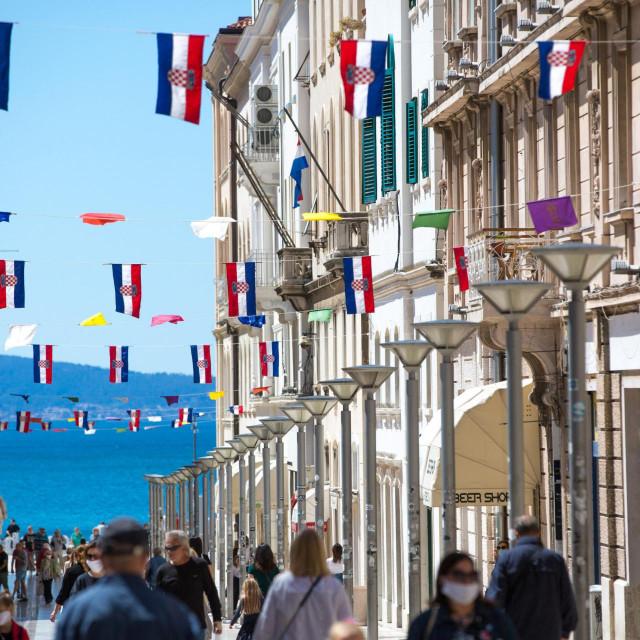 Split, 040520.<br /> Zivot u gradu u doba koronavirusa.<br /> Nakon pocetka popustanja mjera o zastiti od koranavirusa, centar grada je ozivio.<br /> Na fotografiji: Zastave povodom Svetog Duje- Sudamje.<br />