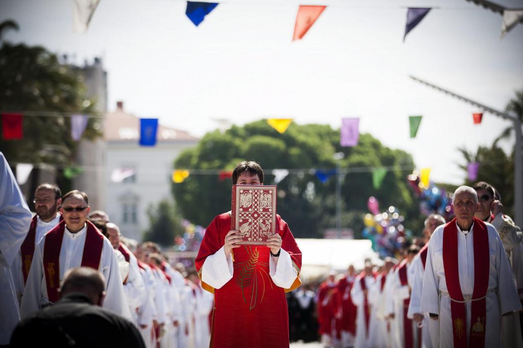 Split, 070515. Povodom blagdana Sv. Dujma, zastitnika grada, u 10h iz Splitske katedrale sv. Dujma krenula je tradicionalna procesija do sredisnjeg oltara na rivi gdje se odrzala sveta misa.