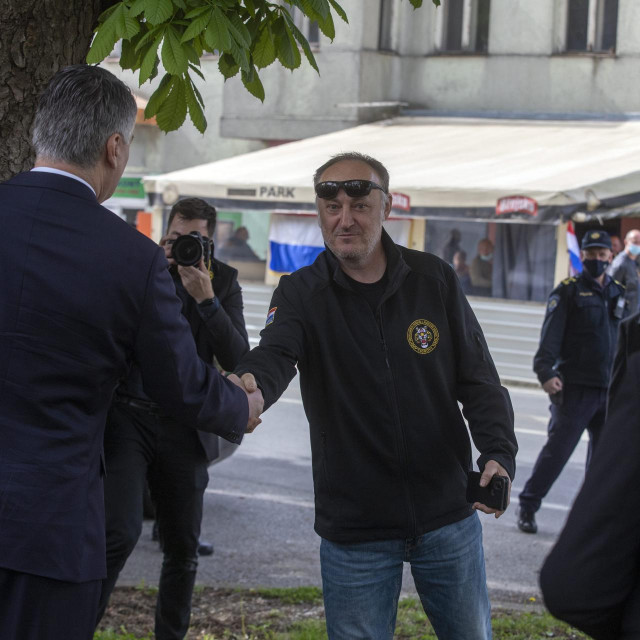 Predsjednik Zoran Milanovic, s predstavnikom udruge veterana Tigrova.<br />