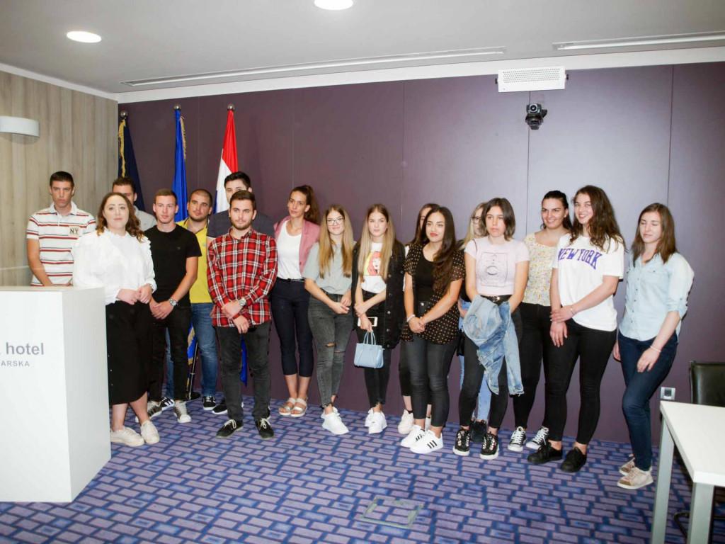 """Prva generacija studenata preddiplomskog sveučilišnog studija """"Hotelijerstvo i gastronomija'' u Makarskoj"""
