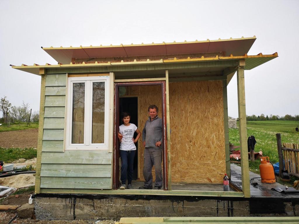 Stefan Petrović i njegov otac ispred nove kućice