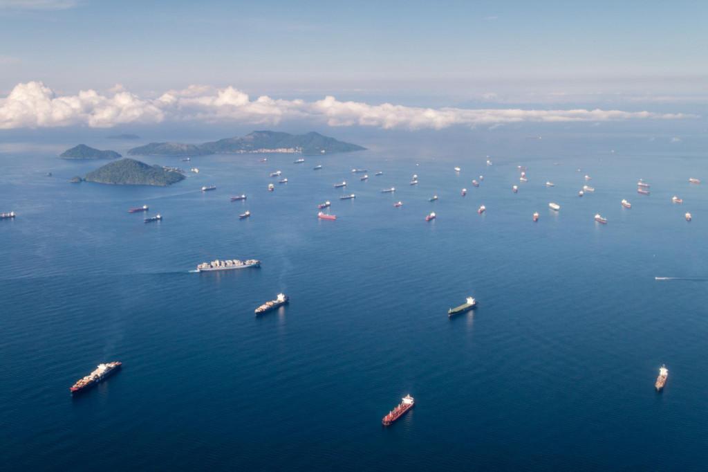 Brodovi čekaju na prolazak Panamskim kanalom