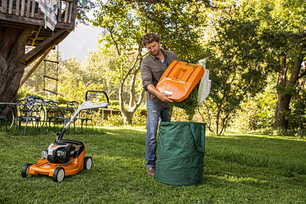 Prikupljeni otkos možemo pohraniti u komposter, i tako pripremiti prirodni materijal za dohranu tla travnjaka
