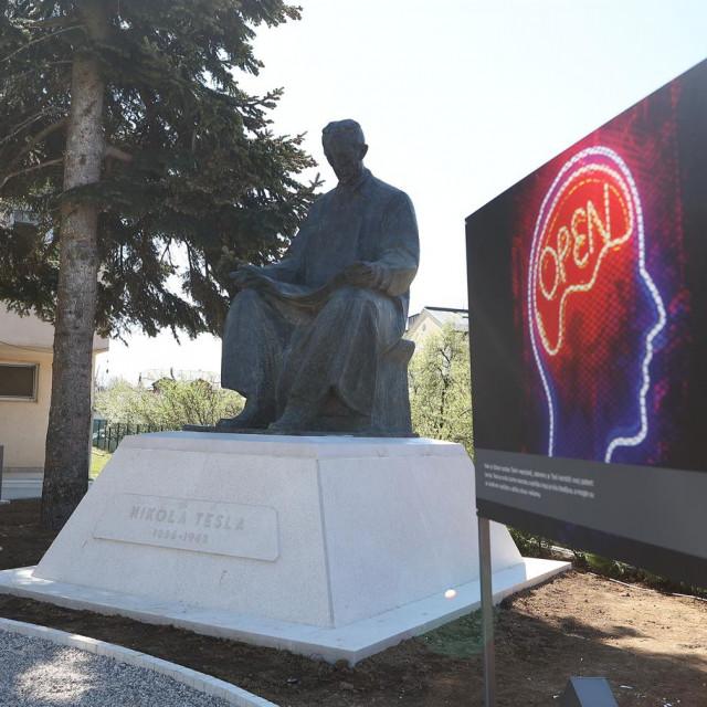 Spomenik Nikolet Tesle u Gospiću