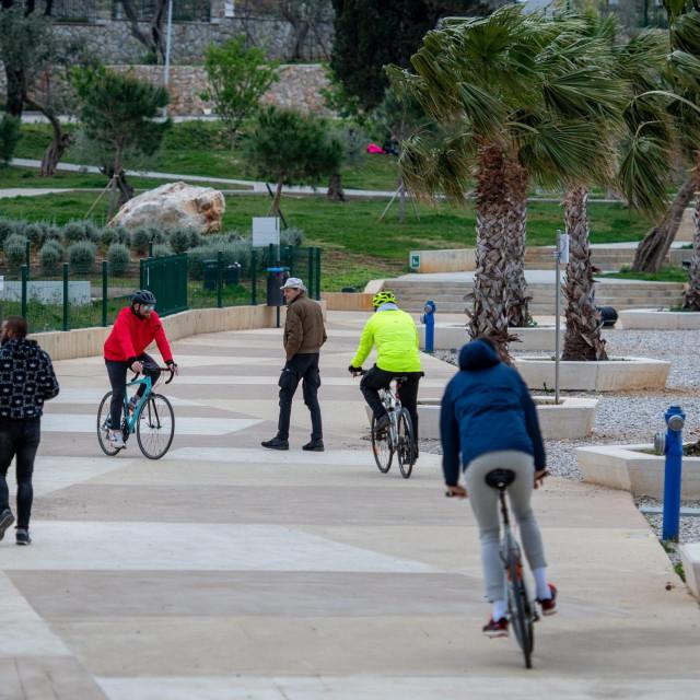 Biciklisti u Uvali Lapad tijekom prvog lockdowna u travnju 2020.