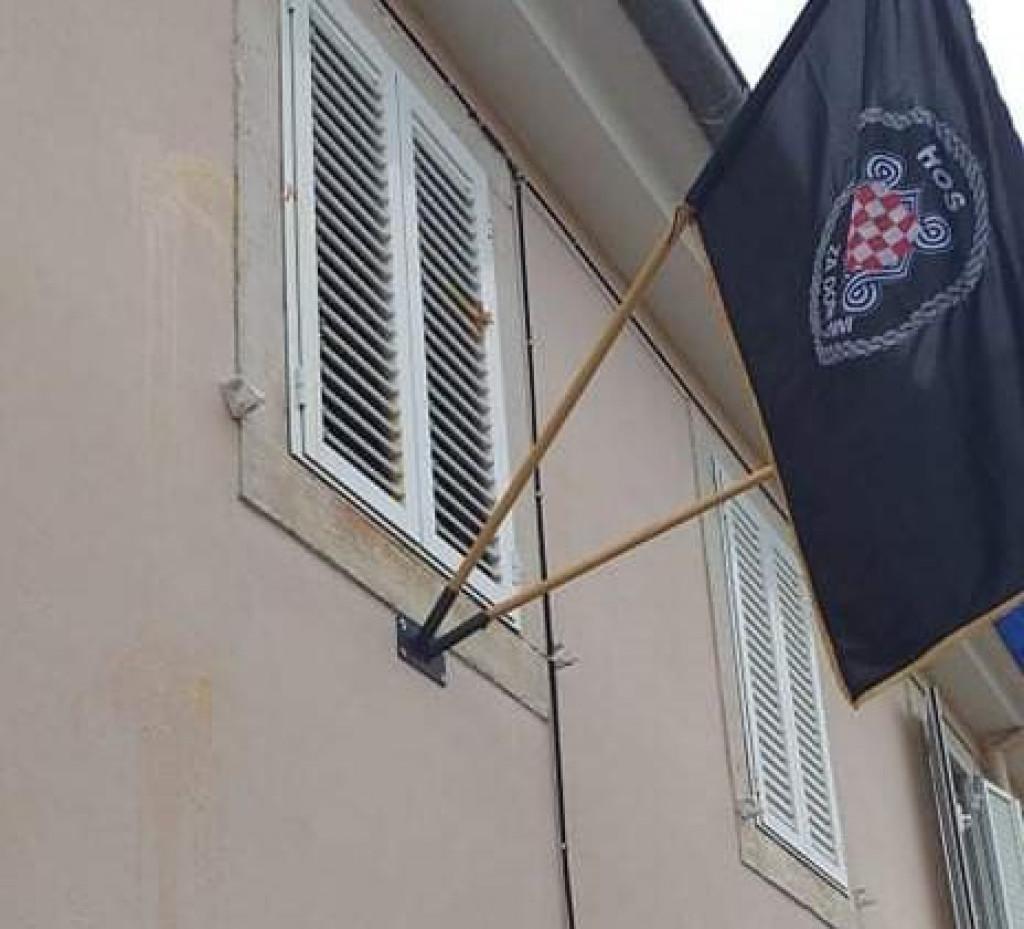 Zastava HOS-a na zgradi Župnog dvora u Salima