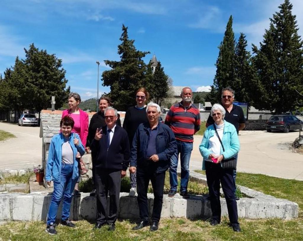 N. Marinov (drugi s lijeva u prvom redu) okružen kandidatima sa stranačke liste<br />