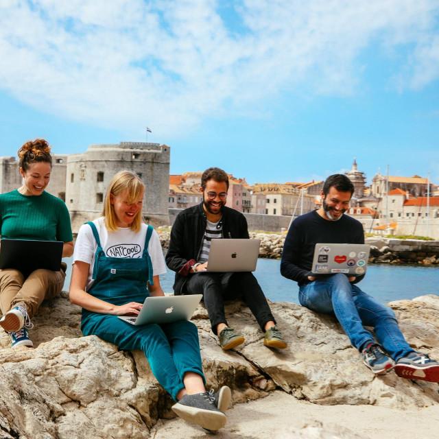 Kelsey Kay Love, Charlie Brown, Ron Tardiff i Albert Cañigueral uživaju u Dubrovniku