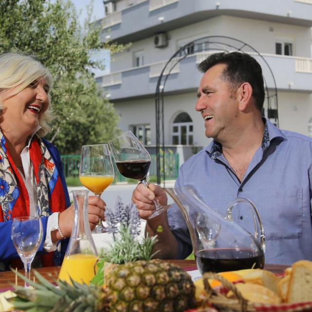 Dražana i Srećo o početku ljubavne priče uBad Tolzu kod Münchena: Radili smo oboje puno, svak u svom lokalu; imali smo pauzu samo nekoliko sati za ručak. E, tada su padali poljupci!