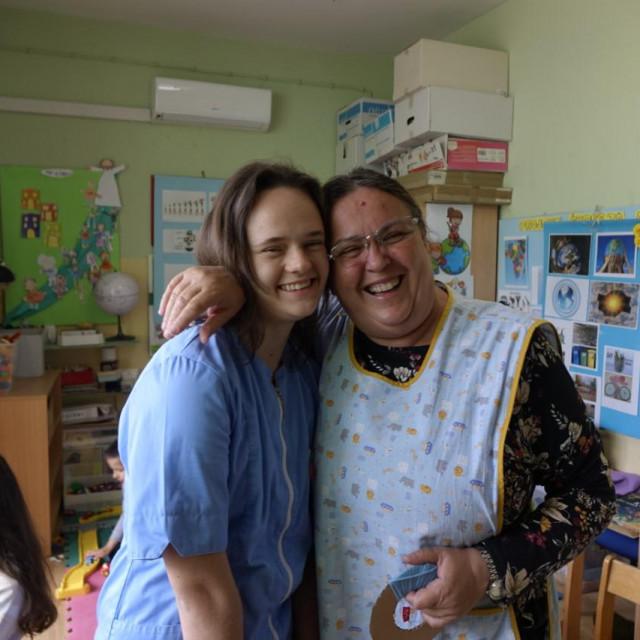Matea Alerić sa svojom tetom Ankicom; često dođe posjetiti svoju nekadašnju grupu