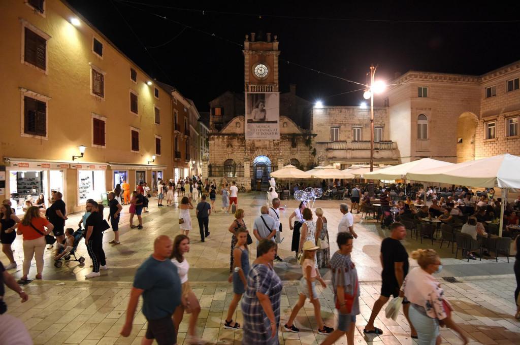 Zadar, 230720.<br /> Turisti u nocnoj setnji gradskim ulicama na Poluotoku.<br />