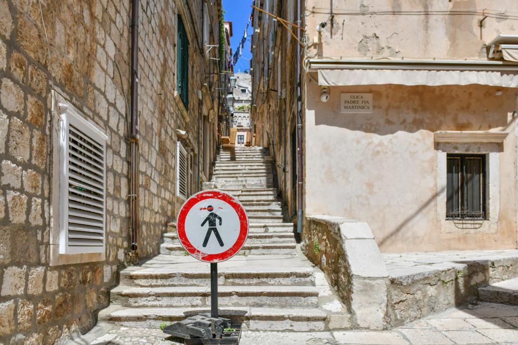 Dubrovnik, 040521.<br /> Nakon sto se u nedjelju u Zatarskoj ulici u povijesnoj cjelini Dubrovnika urusila kuca Radimira Cacica, prolaz ulicom je zbog opasnosti za prolaznike i stanare, zabranjen.<br />