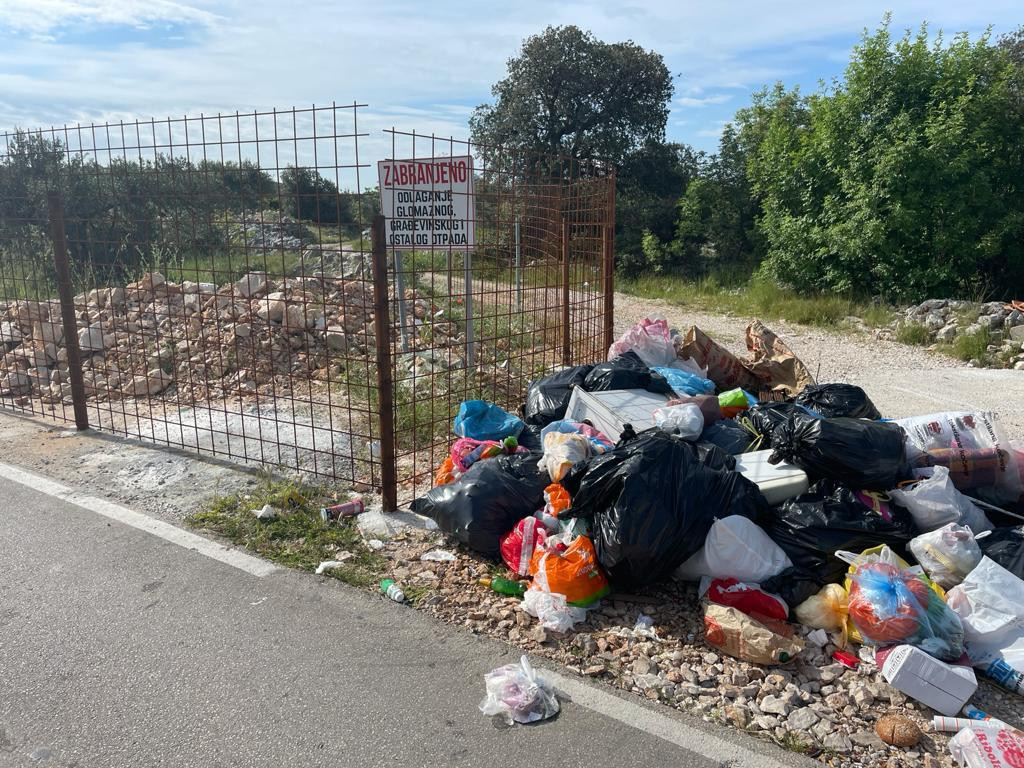 Unatoč kaznama i znaku da se ne odlaže otpad, nesavjesni mještani ponovno bacaju smeće gdje god stignu