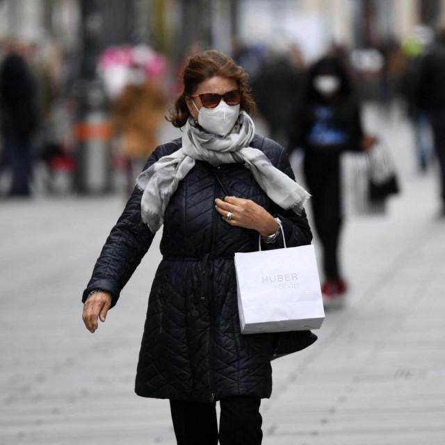 Žena u šetnji ulicama Beča