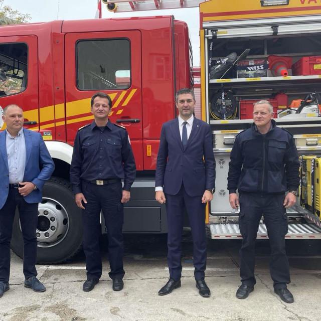 Novo vatrogasno vozilo vrijedno oko 3 milijuna kuna, financirano EU sredstvima, namijenjeno gašenju objekata, kućnih požara i za prometne nesreće