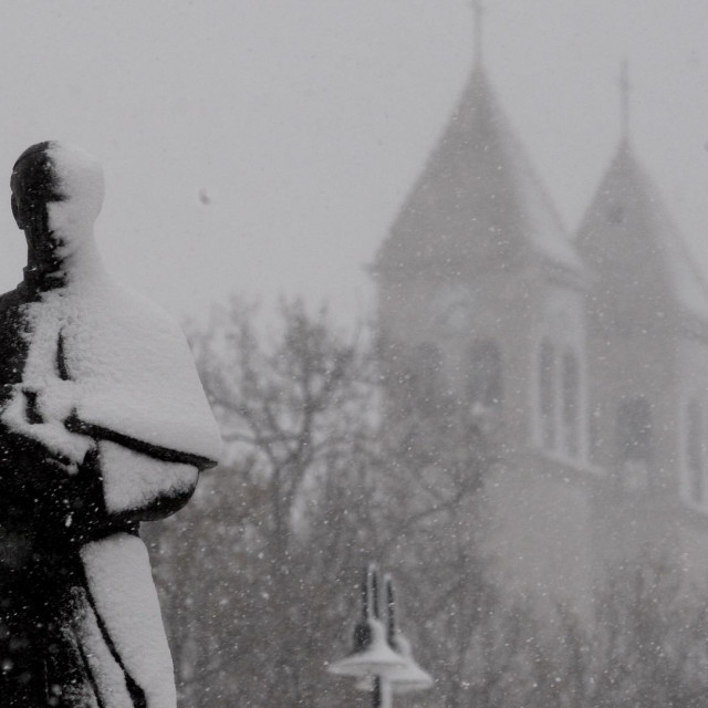 Spomenik Alojzija Stepinca snimljen u snježnom Dugopolju<br /> <br />