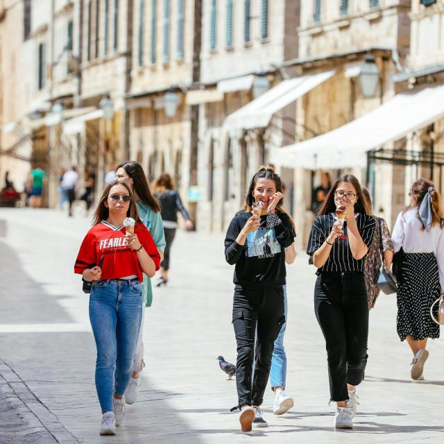 Sunčani svibanjski dan redovito izmami Splićanke u šetnju