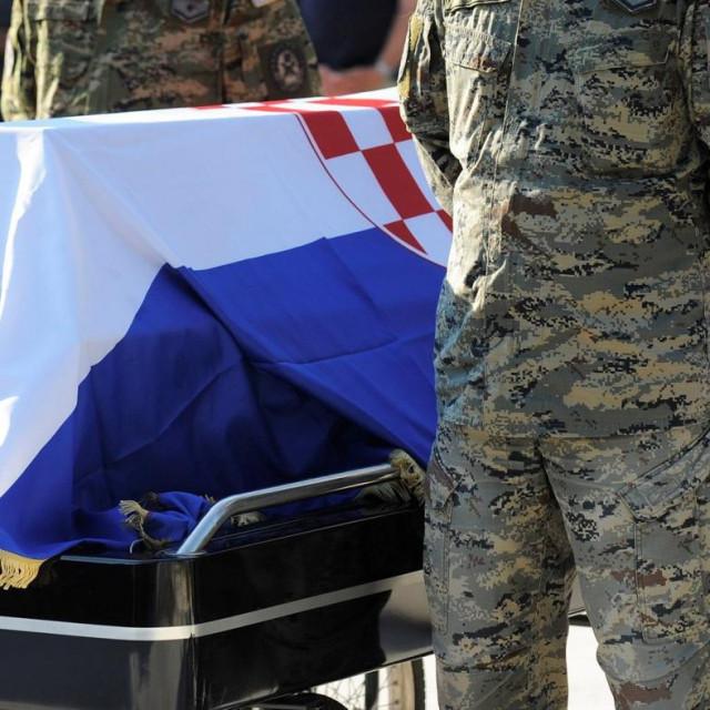 Posljednji ispraćaj jednog hrvatskog branitelja koji je počinio samoubojstvo na Dan pobjede i domovinske zahvalnosti 2014.<br />