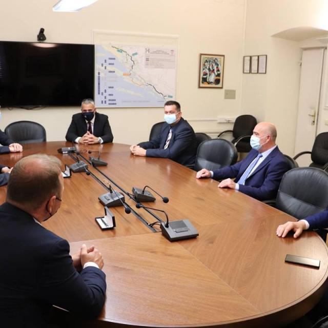 Župan Dobroslavić potpisao ugovore s više općina za sufinanciranje projekata na pomorskom dobru, dodatna sredstva odobrena i Županijskim lučkim upravama