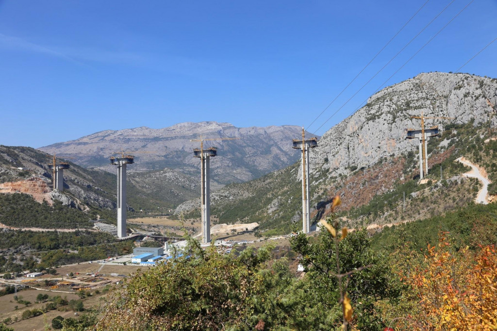 Most Moračica, dio nedovršene autoceste koju Kinezi grade u Crnoj Gori (fotografija iz 2018.)