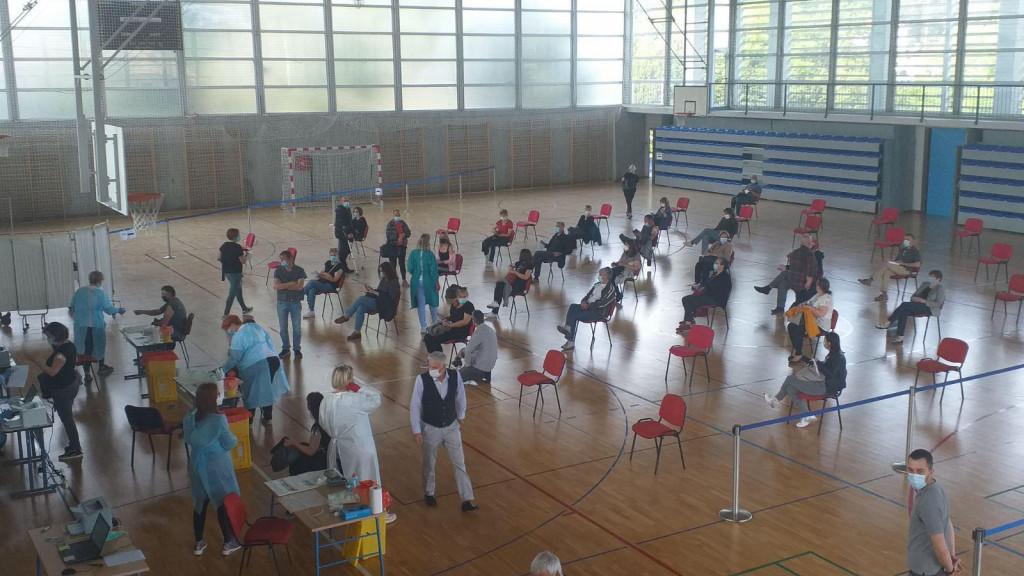 Masovno cijepljenje u školskoj sportskoj dvorani na Grudi