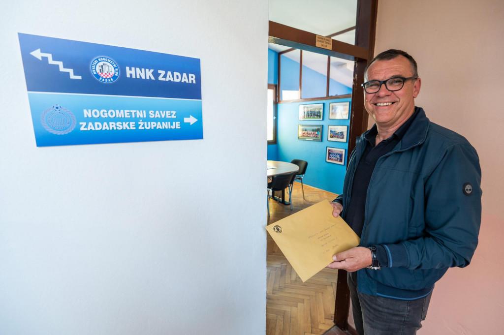 Na fotografiji: Darko Banic predaje kandidaturu za predsjednika Zupanijskog nogometnog saveza.<br />