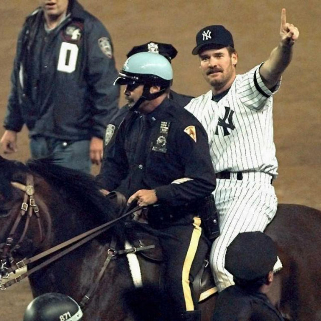 Boggs na policijskom konju nakon osvajanja naslova s Yankeesima 1996.