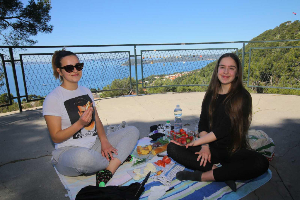 Kike i Gabi iz Mravinaca jutros su došle guštat na Marjanu, sebi su složile i piknik