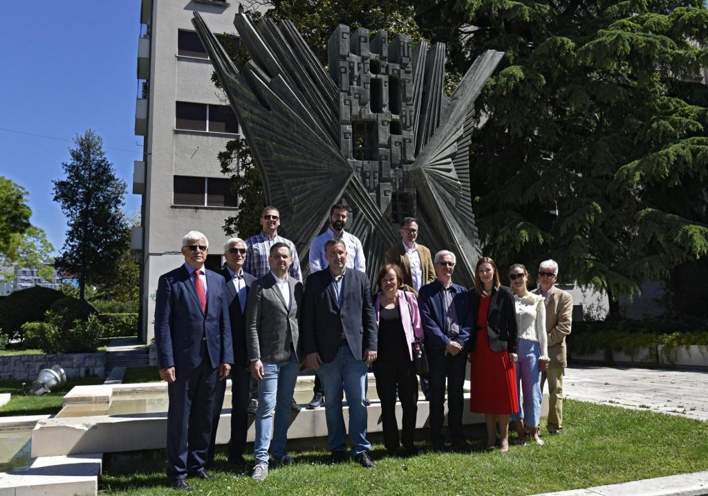 Delegacija antifašista, splitskog SDP-a Split i koalicijskih partnera Sispred spomenika Joško Šupić/CROPIX