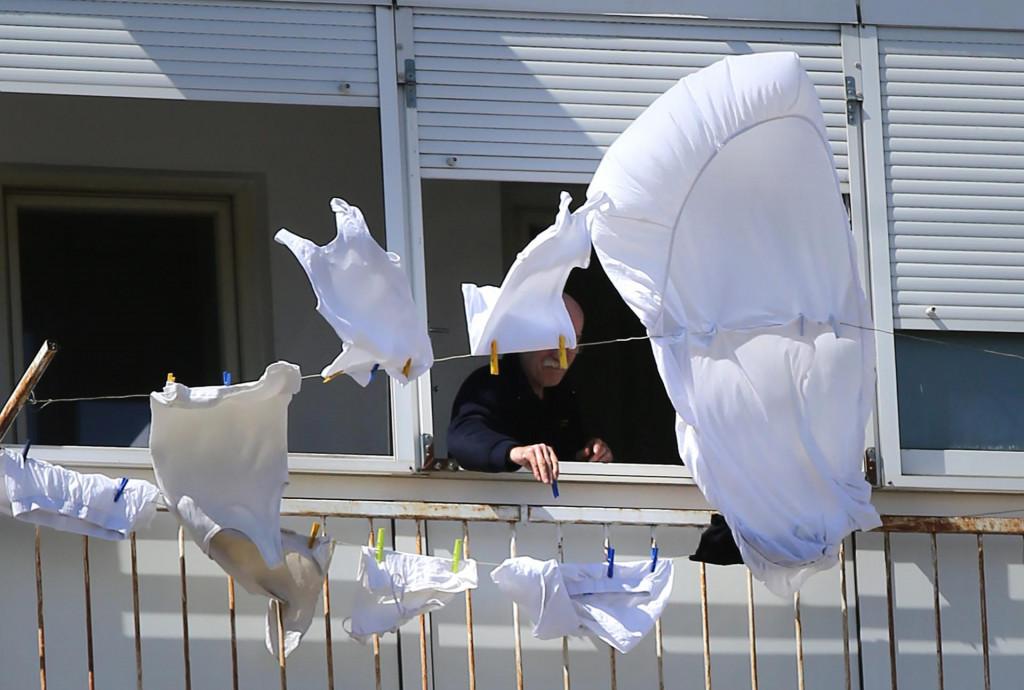Split, 230321.<br /> Jaka bura koja puse na splitskom podrucju raspuhala odjecu koja se susi na balkonima.<br />