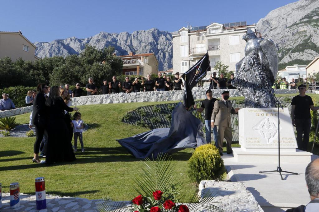 Na fotografiji: djeca i unuci poginulih branitelja otkrivaju spomenik Kobac