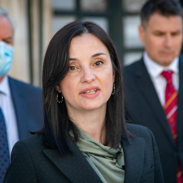 Ministrica poljoprivrede Marija Vučković uručila je u utorak u Stonu pet odluka o dodjeli ukupno 3,6 milijuna kuna iz Operativnog programa za pomorstvo i ribarstvo za nabavu višenamjenskih plovila za eko-akcije na području južnog Jadrana.