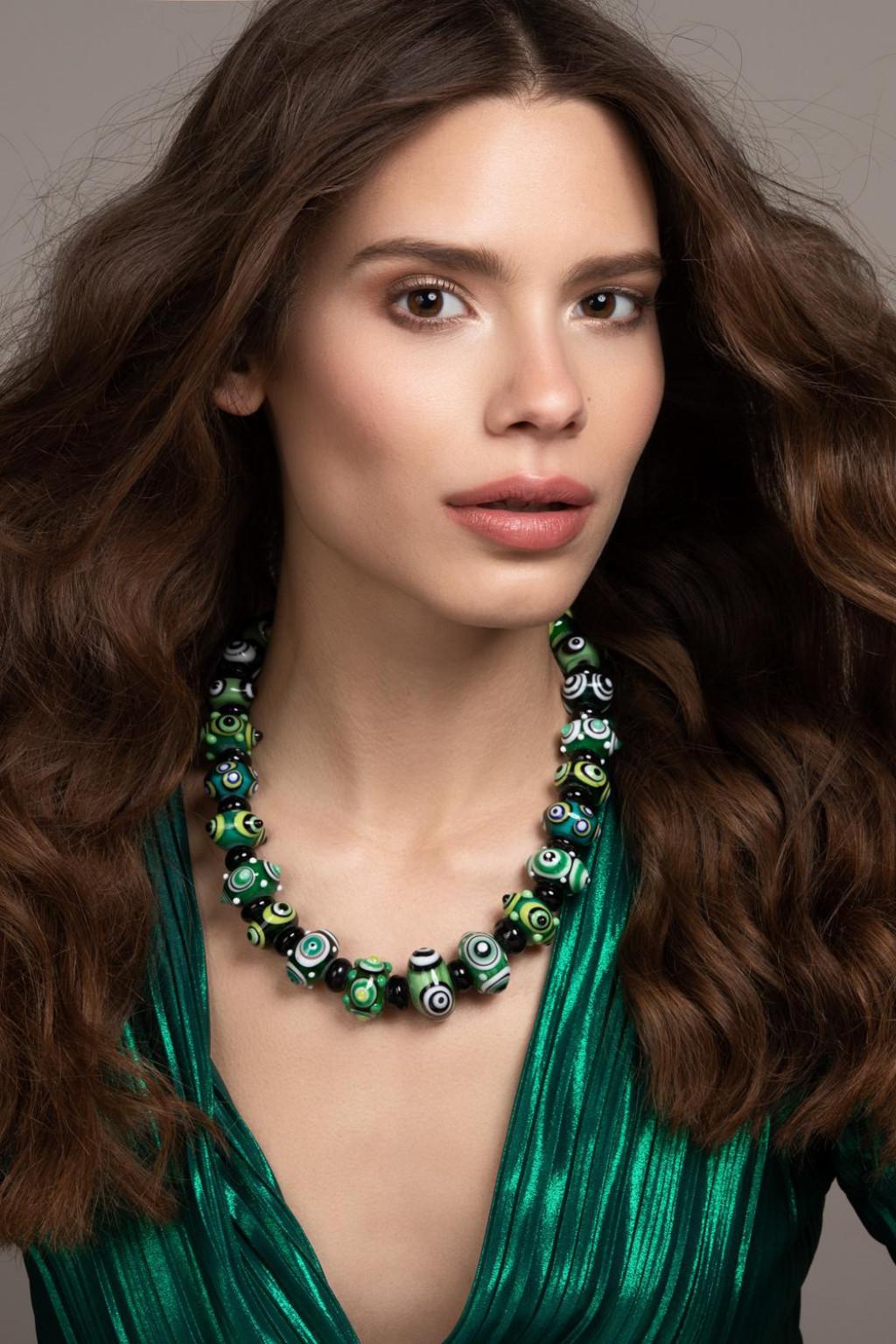 replika antičke ogrlice od staklenih perli