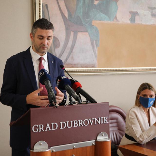 Zbog objava na društvenim mrežama o isključenja djeteta iz vrtića zbog neplaćenog računa dubrovački gradonačelnik Mato Franković sazvao je konferenciju za novinare