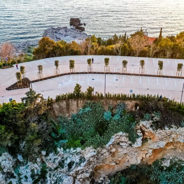 Plato parkirališta Gradac ozelenjen je, a u središnjem dijelu formiran je zeleni otok s autohtonim vrstama i drvoredom česvine