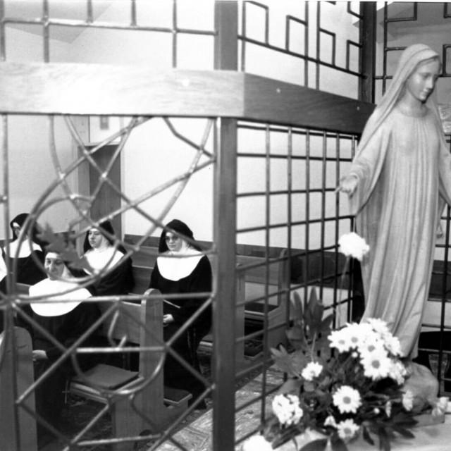 Sestre klarise u samostanu
