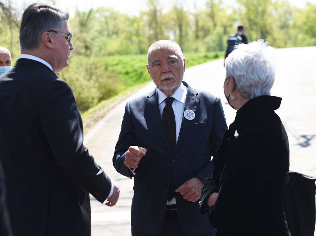 Na fotografiji: bivši predsjednik Stjepan Mesić s aktualnim predsjednikom Zoranom Milanovićem i bivšom premijerkom Jadrankom Kosor