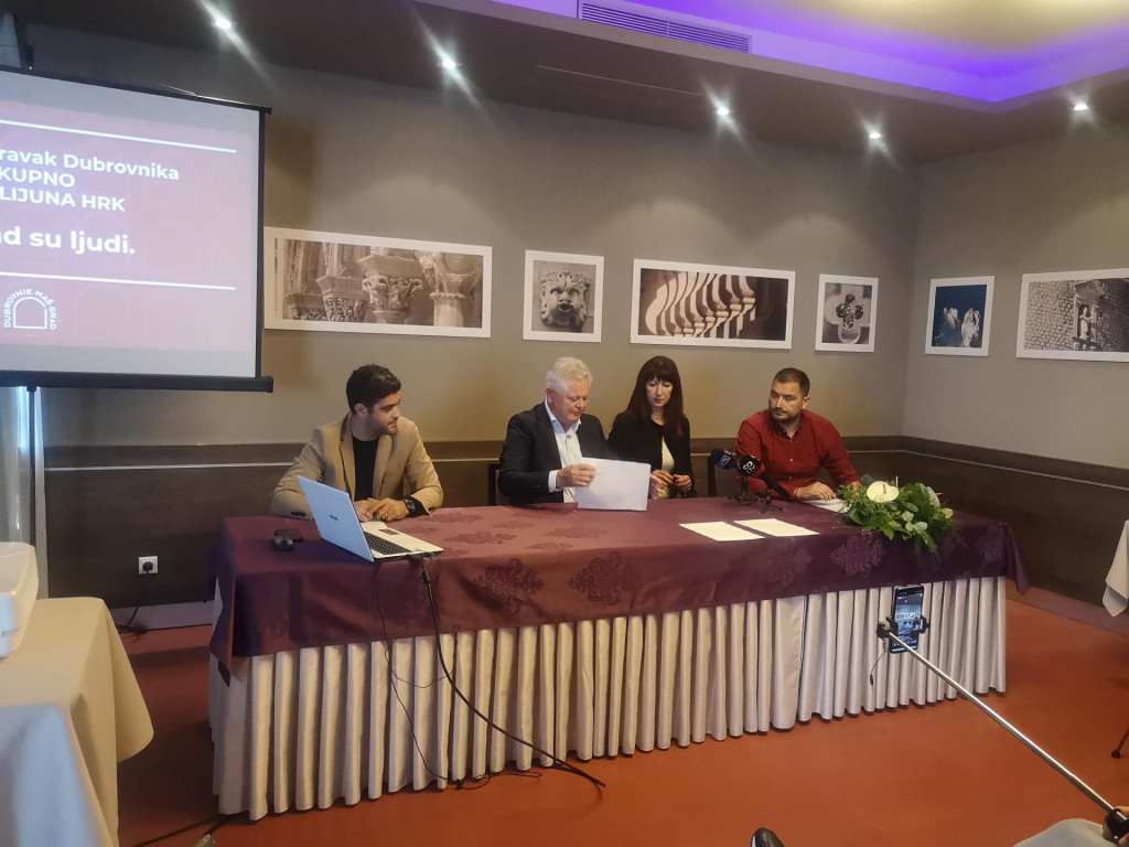 Andro Vlahušić, kandidat za gradonačelnika platforme Dubrovnik naš grad, uz suradnike Maria Tevšića, Nataše Gabričević i Miha Obradovića