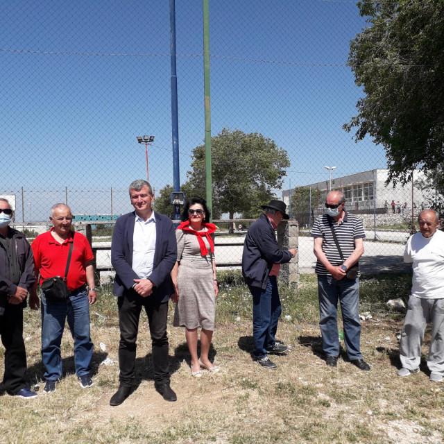 Reformist Petar Baranović, kandidat za gradonačelnika Šibenika, sazvao je konferenciju za novinare ispred škole u Ražinama da bi ukazao na loše uvjete u kojima se školuju neka šibenska djeca