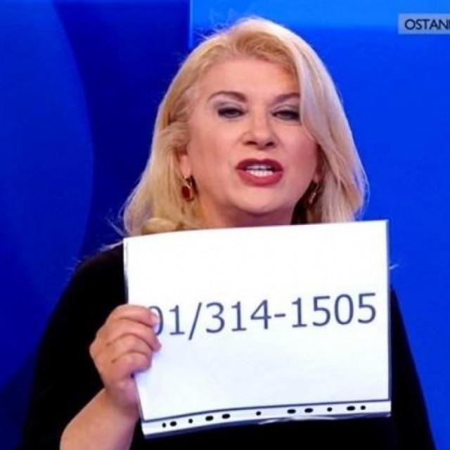 Vesna Škare Ožbolt pokazuje broj s kojeg su stizali perfidni pozivi
