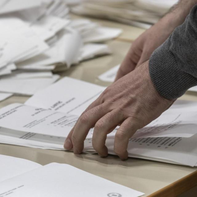 Ako ne možete vi glasačkim listićima, doći će listići vama, čak i ako ste u samoizolaciji, ako imate posrednika<br /> Božidar Vukičević/CROPIX