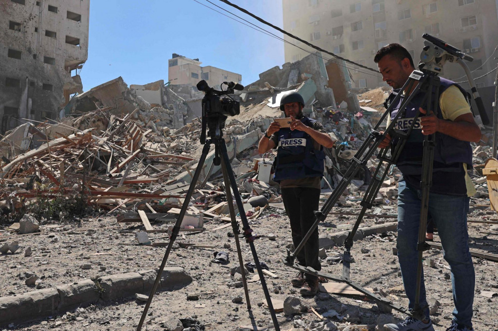 Novinari u blizini porušene zgrade u kojoj su se nekada nalazile redakcije
