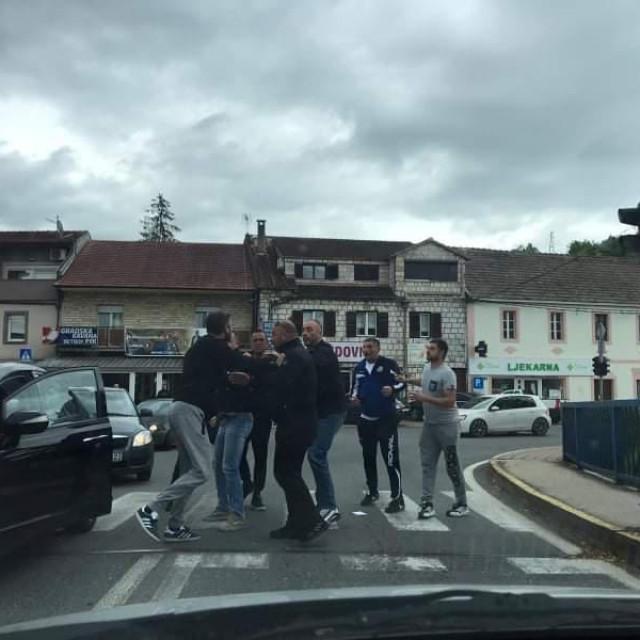 Naguravanje nasred ceste na izborni dan