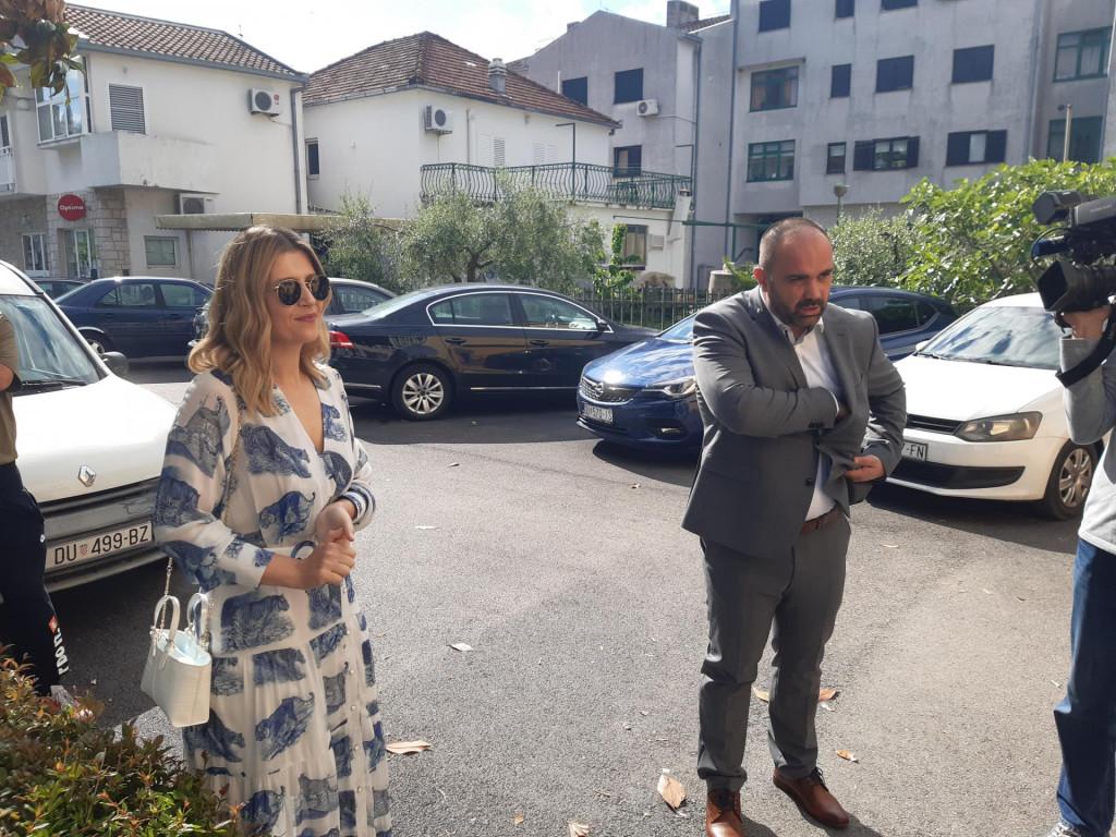 Gradonačelnički kandidat Dalibor MIlan sa suprugom Leom dolazi na glasovanje<br />
