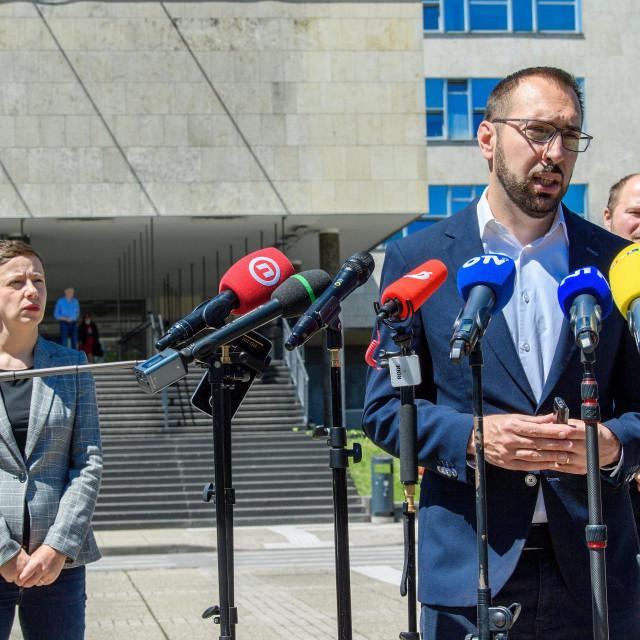 Tomislav Tomašević i Danijela Dolenec u pozadini