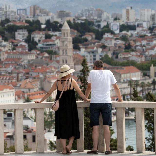 Split, 060820.<br /> Tursiticka sezona zbog koronavirusa ocekivano je slabija ove godine, ali turista u gradu ipak ima.<br /> Na fotografiji: turisti u setnji gradom.<br />